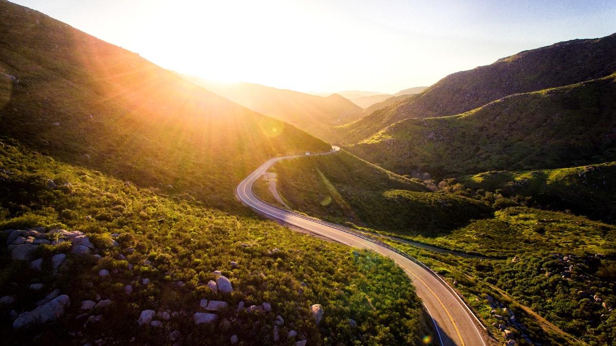 Largo camino entre dos colinas