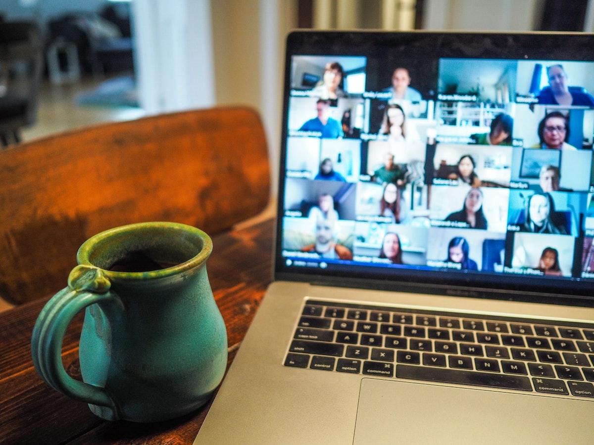 Reunión remota en una computadora portátil