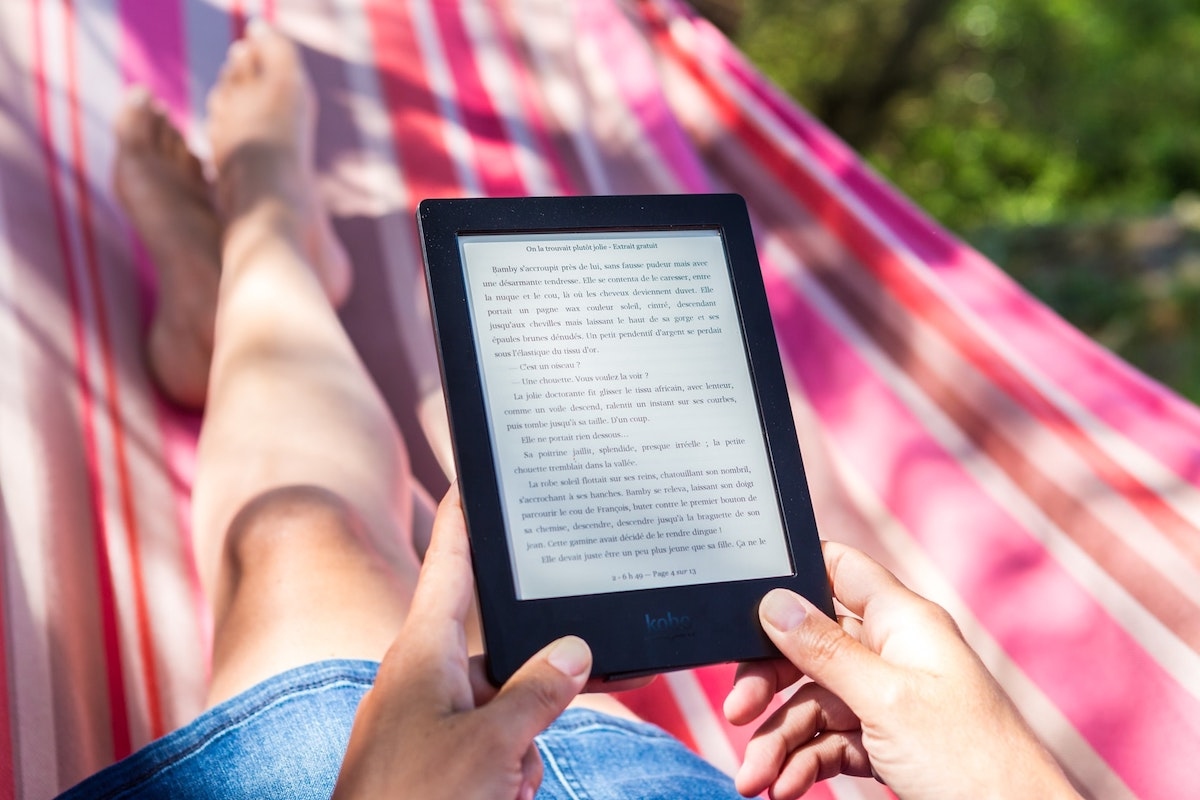 Leer libros electrónicos al aire libre